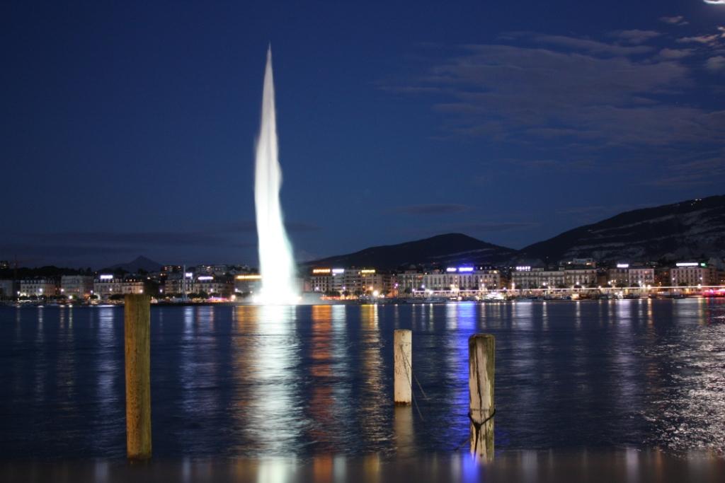 Женевский фонтан ночью
