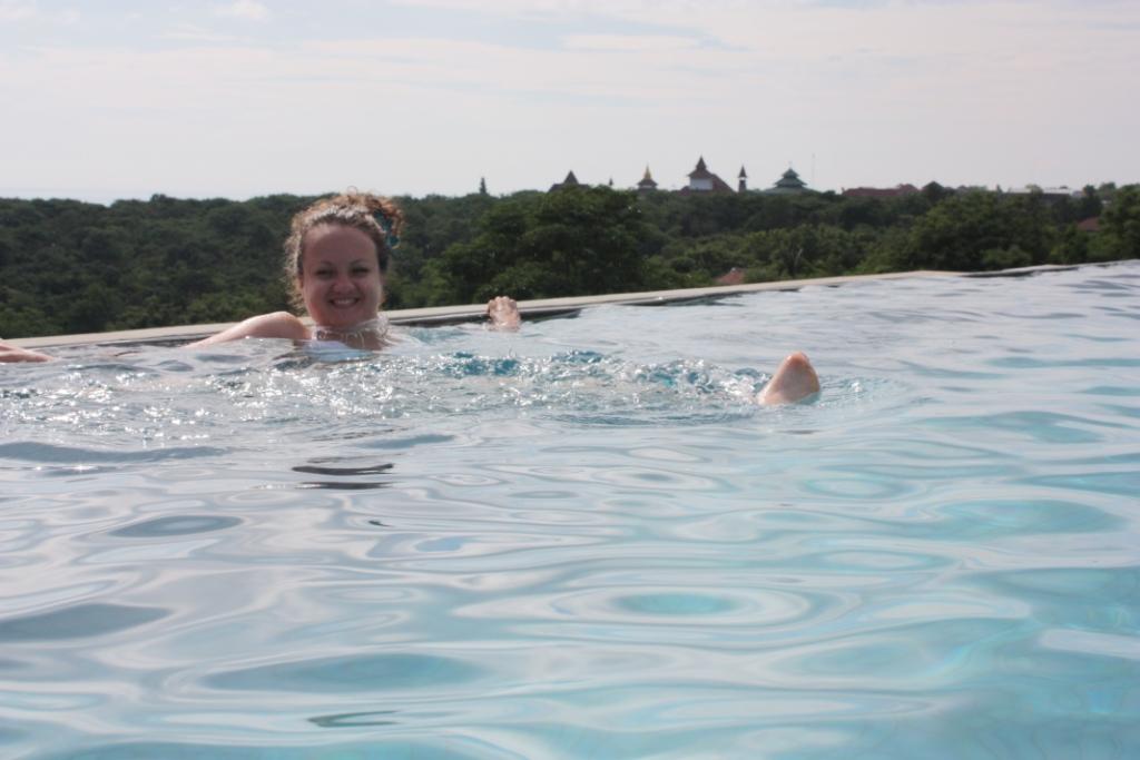 Бассейн в Свисс Бельотель Бей Вью на Бали