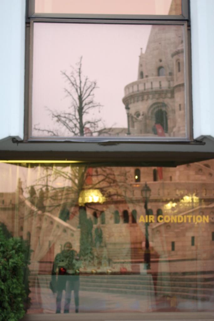 Отражение в окнах отеля Хилтон в Будапеште