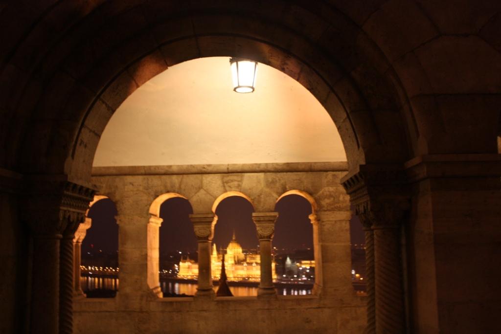 Вид на Парламент со стен Рыбацкого бастиона в Будапеште