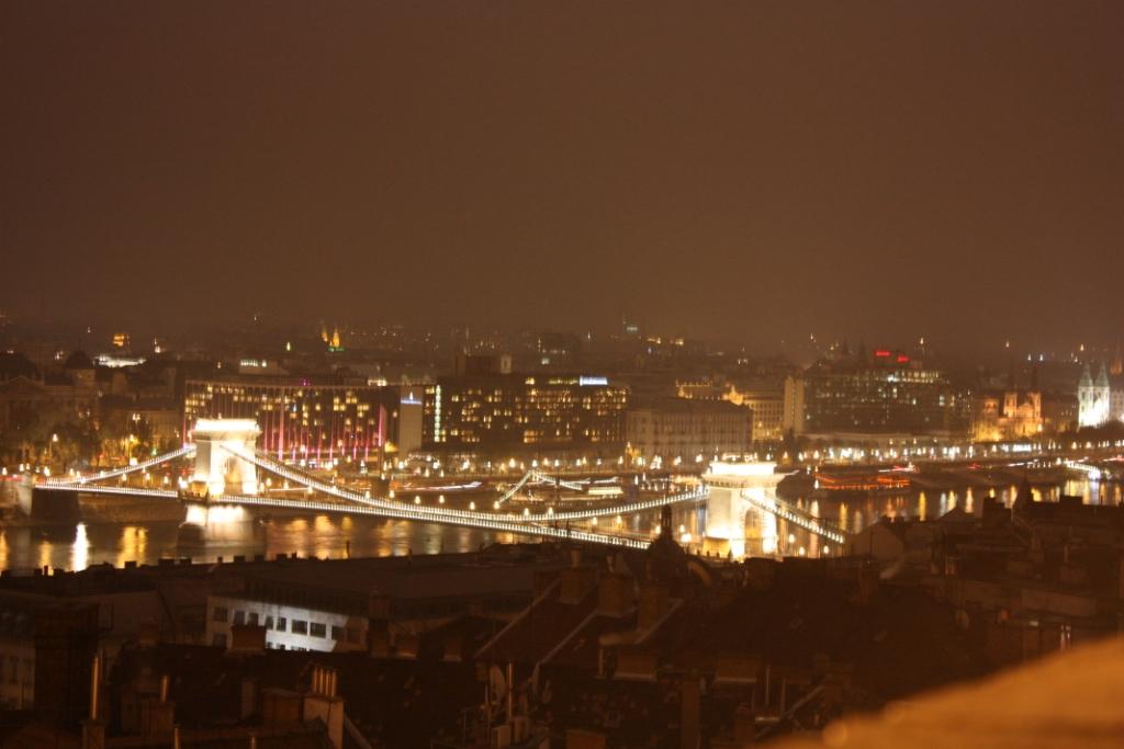 Вид на Цепной мост со стен Рыбацкого бастиона в Будапеште