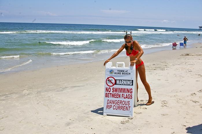 Рип каррент-знаки и флаги на пляже