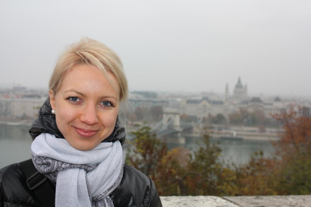 на фоне Цепного моста в Будапеште