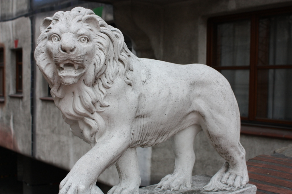 Лев у дома Хундертвассера