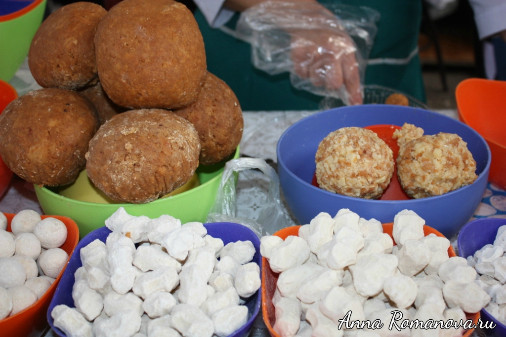 Алматинские пирожные на Зеленом рынке