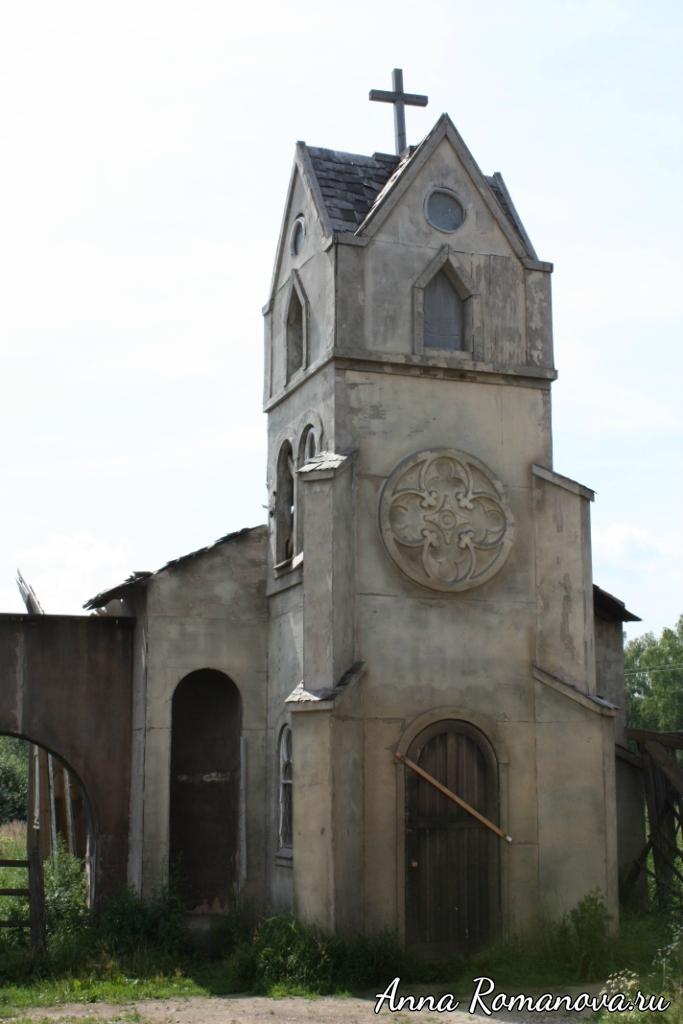 Церковь в заброшенном городке