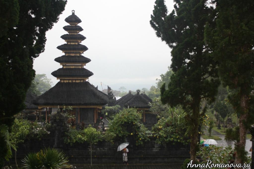 Тропический ливень в Пура Бесаких Бали