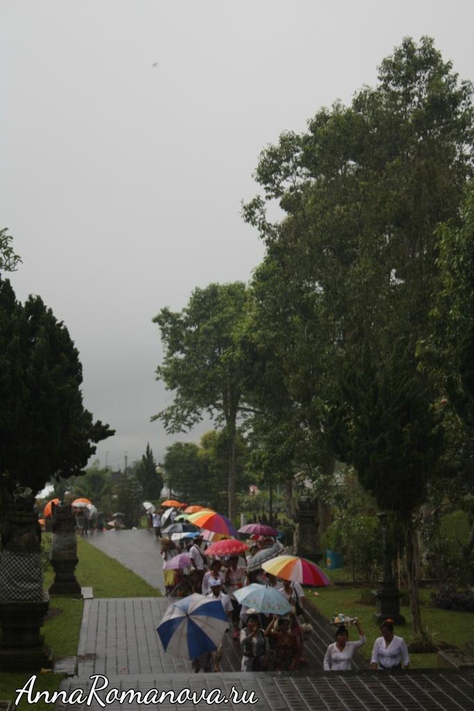 Тропический ливень в Пура Бесаких на Бали