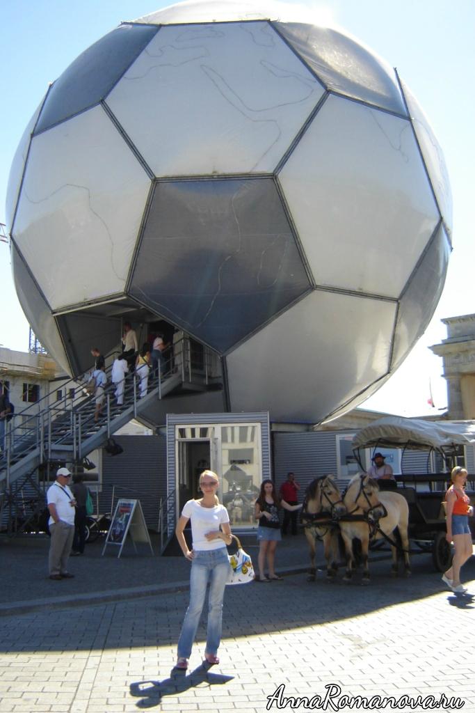 футбольный мяч у бранденбургских ворот в берлине