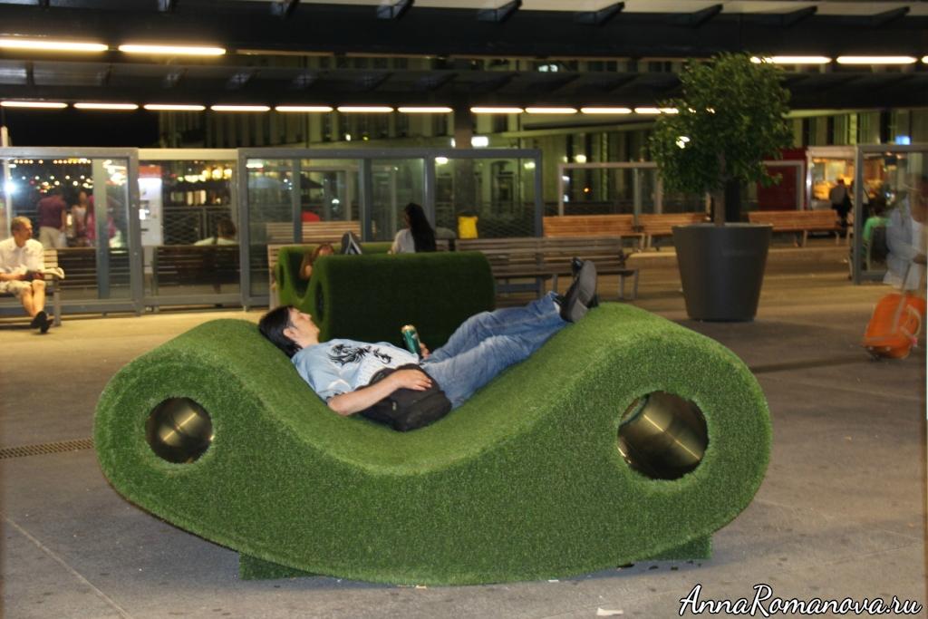 Травяной лежак в городе