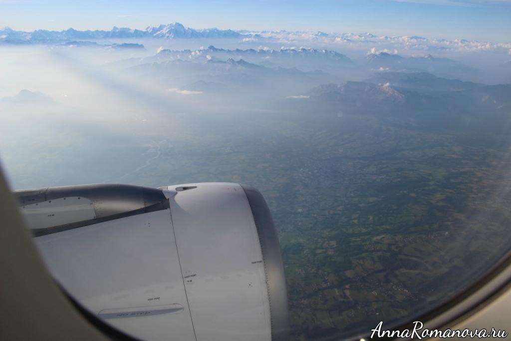 Земля и горы из самолета