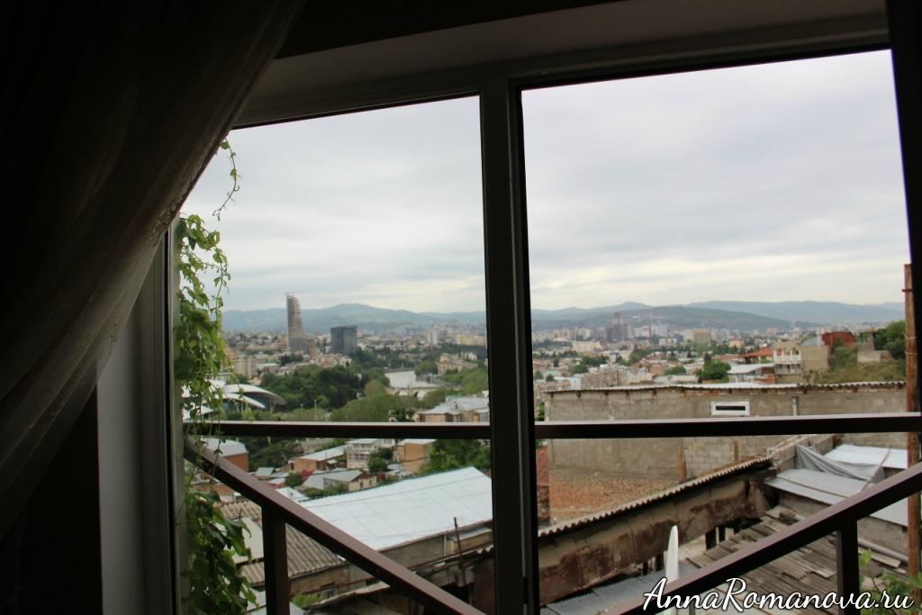 вид из окна отеля на Тбилиси