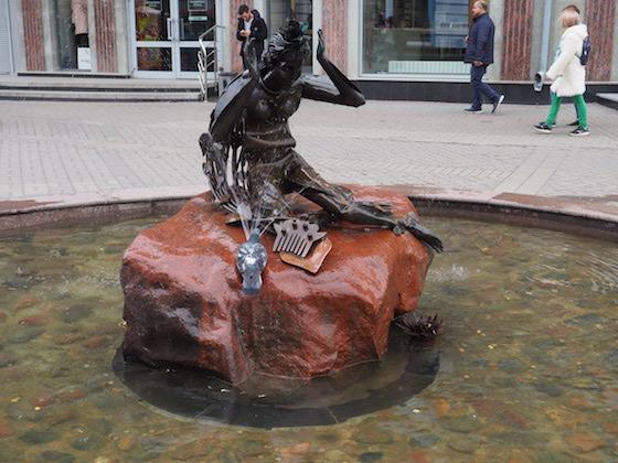 фонтан с девушкой